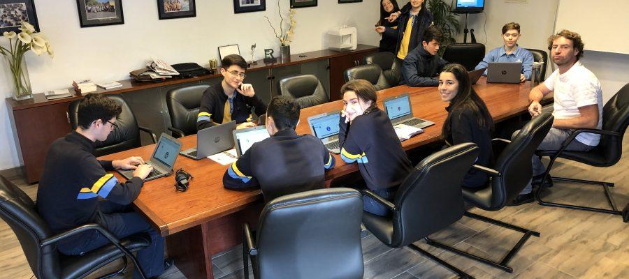 Alumnos diseñando